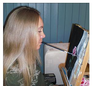 Kunstneren Katrine Bråtane som maler. Bilde.