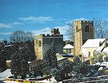 Motiv av en engelsk landsby i vinterlandskap. Bilde.