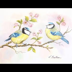 Kort med malerie av to småfugler på en gren med rosa blomster. Bilde.