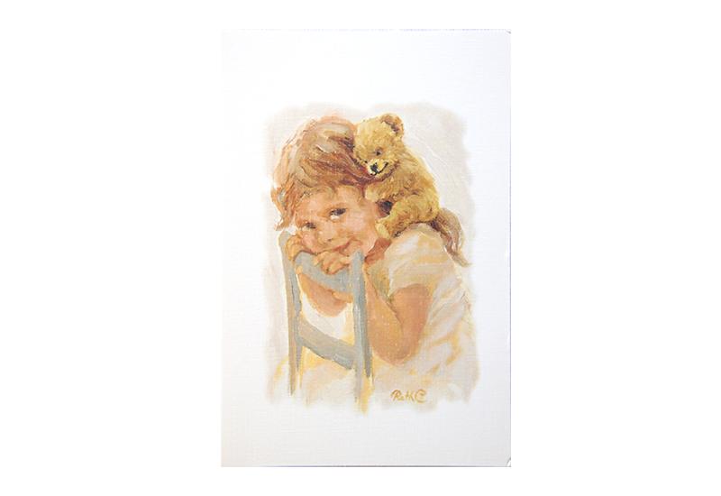 Kort med maleri av en liten jente som sitter på en stol med teddybjørnen sin på skuldrene og smiler. Bilde.