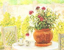 Kort med maleri avblomster i krukker. Hagemøbler på en patio bak. Bilde.
