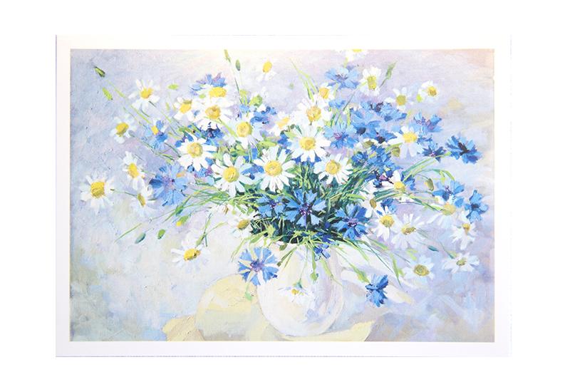 Kort med maleri av en vase fylt med prestekrager og blå blomster. Bilde.