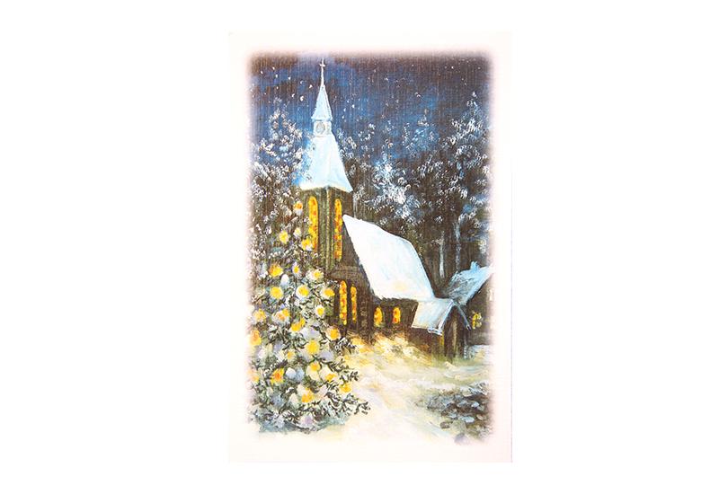 Kort med maleri av en snedekket kirke i en skog med et pyntet juletre foran og lys fra glassmaleri-vinduene. Bilde.