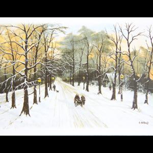 Kort med maleri av en allé med høye trær midtvinters. Du ser et par med en kjerre og en som lufter hunden. Det henger lykter i trærne og man aner noen hus med lys i vinduene mellom trærne. Bilde.