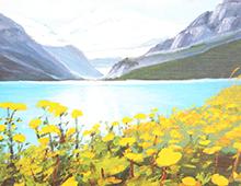 Kort med maleri av en fjord og fjell. Foran ser man en eng med gule blomster. Bilde.