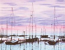 Kort med maleri av en havn med seilbåter i skumringen. Fargene går fra blått til rosa. Bilde.