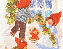 Kort med motiv av tre barn med nisseluer som pynter til jul. Bilde.