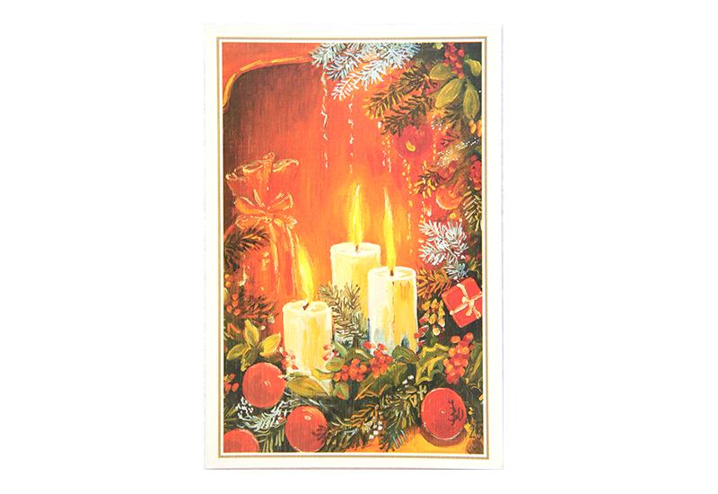 Kort med motiv av tre, brennende starinlys i en juledekorasjon med gran og kristorn. Bilde.