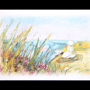 Kort med motiv av en jente i kjole og hatt som sitter på en strand. Foran vises siv og rosa blomster. Bilde.