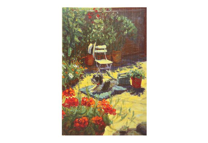 Kort med maleri av en hund som ligger på en patio i en have. Krukker med blomster og en stol med en stråhatt hengende på stolryggen sees. Bilde.
