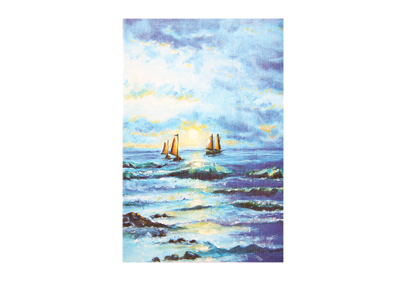 Kort med motiv av tre seilbåter i solnedgang på åpent hav. Bilde.