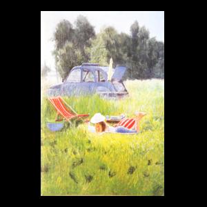 Kort med motiv av en jente som ligger i en eng og leser. Bak ser du en 2cv parkert. Bilde.