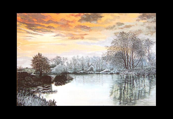 Kort med motiv av vinter-løvskog og et vann i soloppgang. Bilde.