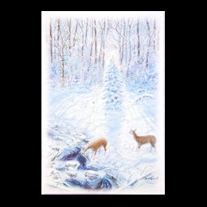 Kort med motiv av to rådyr i snedekket skog som drikker vann fra bekken. Bilde.