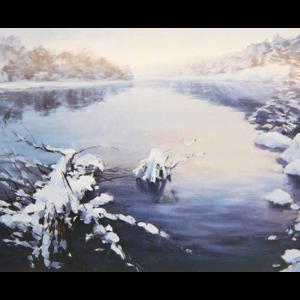 Kort med motiv av et vann om vinteren med snedekket landskap. Bilde.