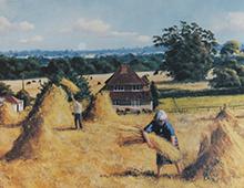 Motiv av to mennsker som hesjer høy på en gård. Bilde.
