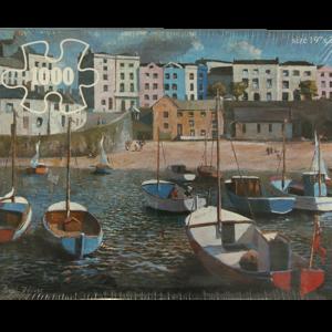 Puslepill med motiv av mange små seilbåter på vannet ved en strand hvor man ser byen bak. Bilde.
