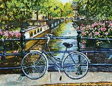 Blå sykkel ved kanal med blomster. Bilde.