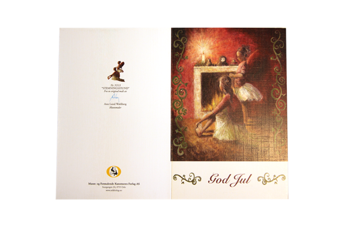 Rødlig julemotiv av to piker i ballerina skjørt og vinger foran en peis med lys. Tekst med god jul foran. Bilde.