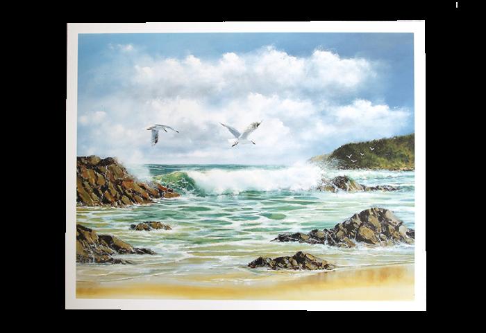 Maleri med motiv av måker som flyr over stranden med bølger som slår mot skjærene. Bilde.