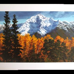 Reproduksjon med motiv av snødekte fjell og høstskog. Bilde.