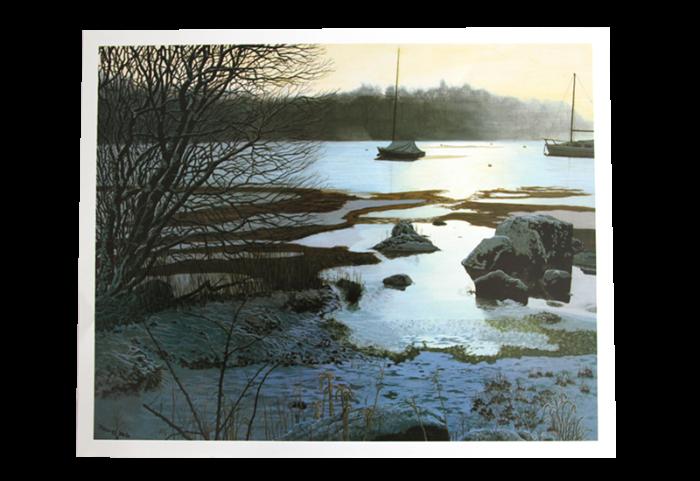 Reproduksjon med motiv av båter på sjøen ved snødekket strand. Bilde.