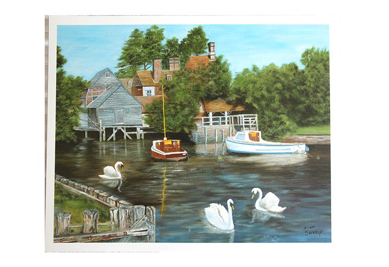 Reproduksjon med motiv av hvite svaner som svømmer i liten vik med to båter fortøyd ved hus. Bilde.