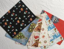 Julegavepapir med bamser, nisser og juletrær. Bilde.
