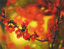 Gren med røde blomster og bær.