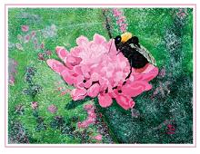Dobbeltkort med bilde av nydelig blomst med humle på. Bilde.