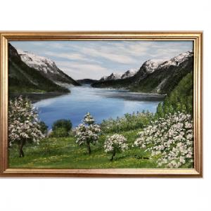 Originalmaleri av munnmaler Sigrid Slora. Naturmotiv med vann, fjell og trær. Bilde.