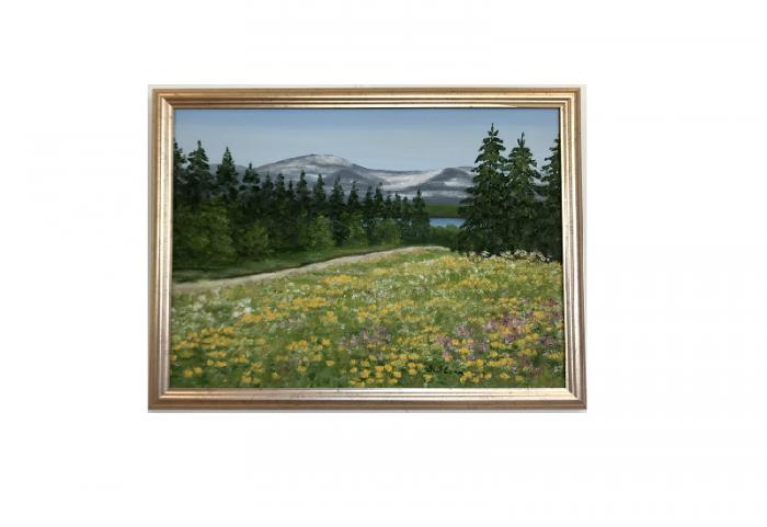 Originalmaleri av munnmaler Sigrid Slora. Naturmotiv med blomstereng, trær og fjell. Bilde.