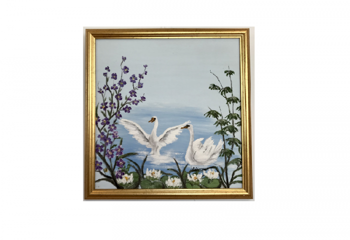 Originalmaleri av munnmaler Sigrid Slora. Motiv av to svaner på vannet omringet av blomster. Bilde.