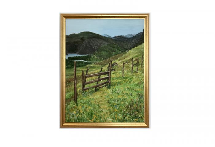Originalmaleri av munnmaler Sigrid Slora. Naturmotiv med skigard, et lite vann og fjell. Bilde.