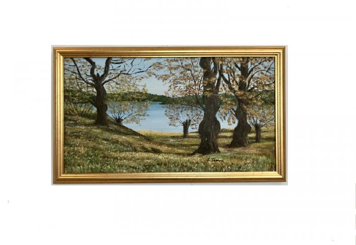 Originalmaleri av munnmaler Sigrid Slora. Naturmotiv med trær og vann. Bilde.