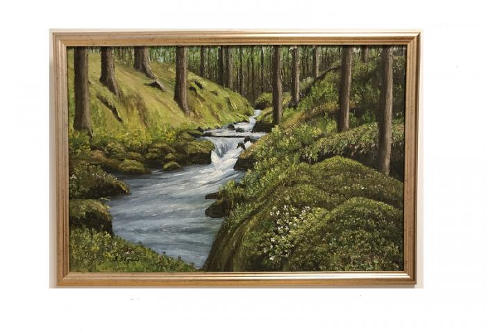 Originalmaleri av munnmaler Sigrid Slora. Naturmotiv med en rennende elv og skog rundt. Bilde.
