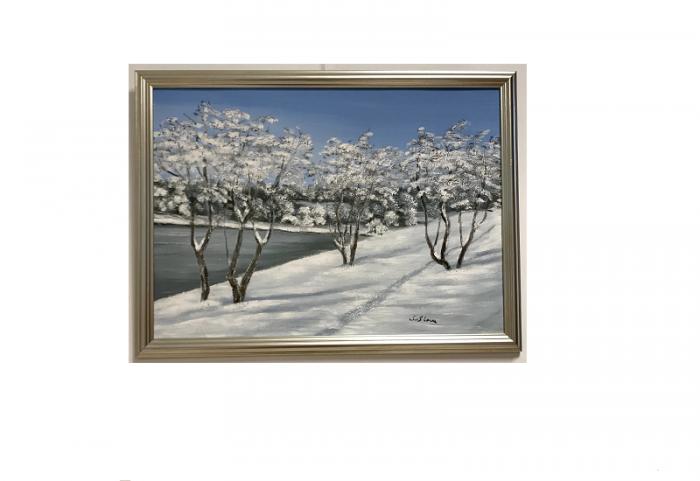 Originalmaleri av munnmaler Sigrid Slora. Vintermotiv med vann, snø og trær. Bilde.