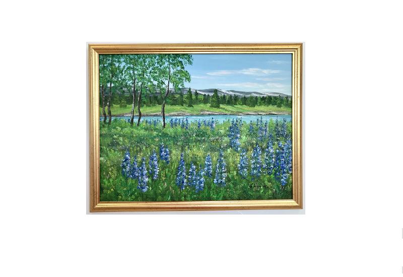 Originalmaleri av munnmaler Sigrid Slora. Naturmotiv med blå blomster, trær og et lite vann. Bilde.