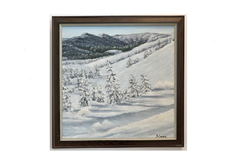 Originalmaleri av munnmaler Sigrid Slora. Vintermotiv med snødekte trær og fjell. Bilde.