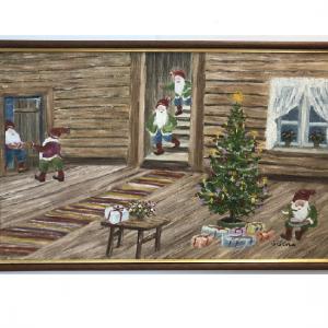 Originalmaleri av munnmaler Sigrid Slora. Julemotiv med fem nisser i et laftet hus med julegaver og juletre. Bilde.
