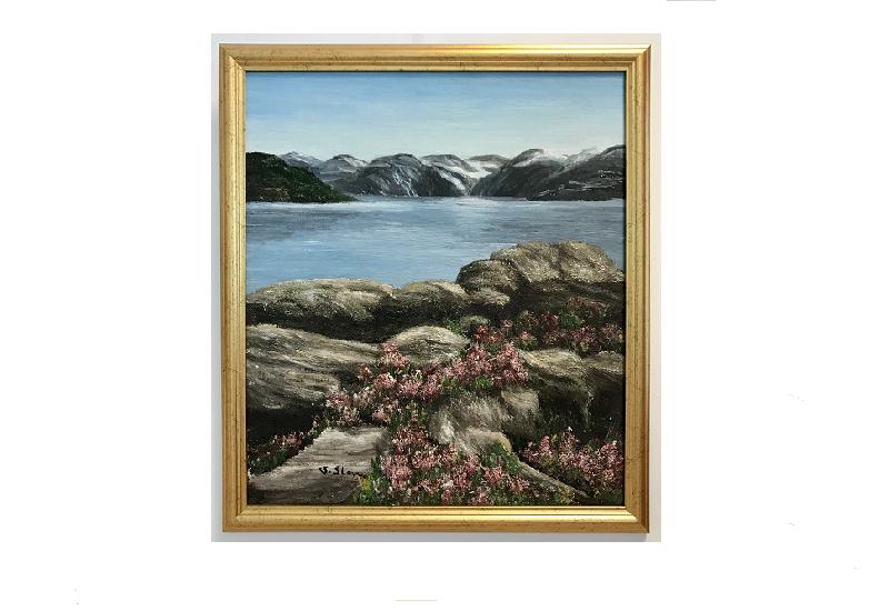 Originalmaleri av munnmaler Sigrid Slora. Naturmotiv av vann, svaberg, blomster og fjell. Bilde.
