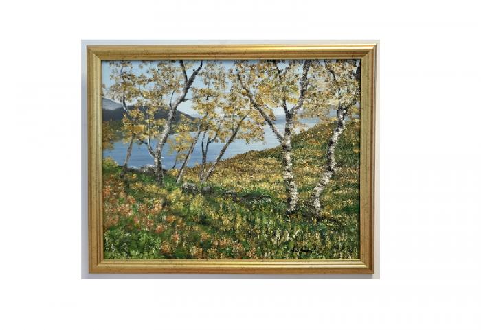 Originalmaleri av munnmaler Sigrid Slora. Høstmotiv med bjerketrær og et vann. Bilde.