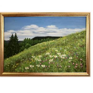 Originalmaleri av munnmaler Sigrid Slora. Naturmotiv med blomstereng, trær og blå himmel. Bilde.
