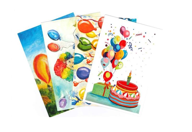 Bursdagskort med ballonger og kake med lys. Bilde.