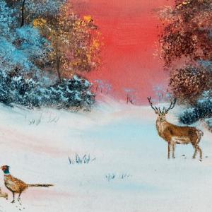 Nydelig vintermotiv med rådyr og fugler. Bilde.