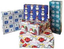 Julegavepapir med bilde av julekuler, snøkrystaller og snømenn. Bilde.