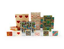 Gavepapir med blomster, hjerter og flotte mønstre. Bilde.