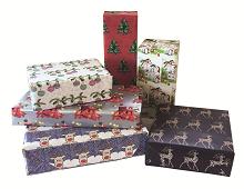 Gavepapir med bilde av reinsdyr, julekuler, julestjerne og juletrær. Bilde.